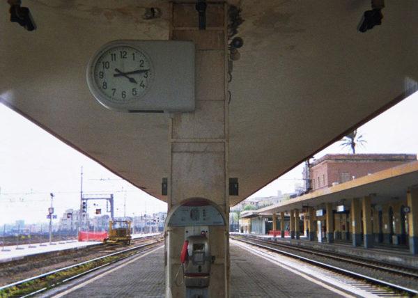 Cabina de teléfono en la estación de tren en Palermo