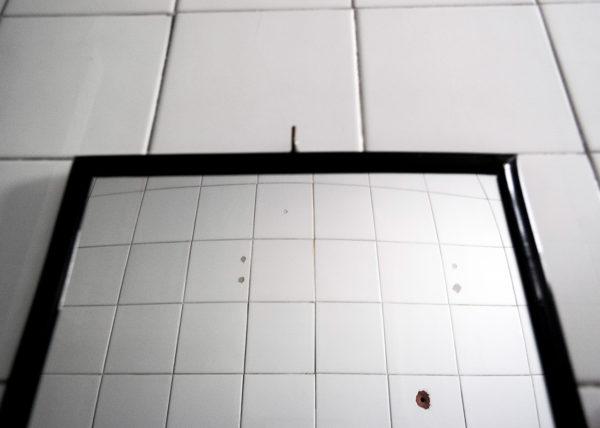 Espejo en un baño público