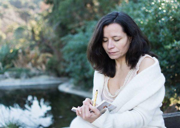 Mujer escribiendo en la naturaleza